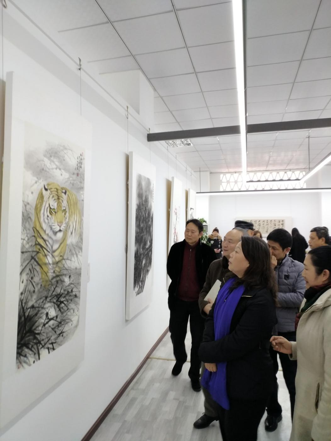 四川省文联党组书记、常务副主席平志英参观高洪建画作